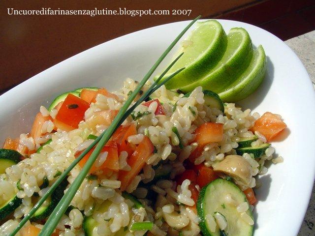 Insalata di riso integrale con zucchine e peperoni